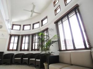 大きな窓が特徴的な受付は、シックで優美な印象。