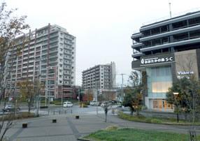 駅前の大型ショッピングセンターとマンション