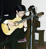 ギターを弾く島田先生